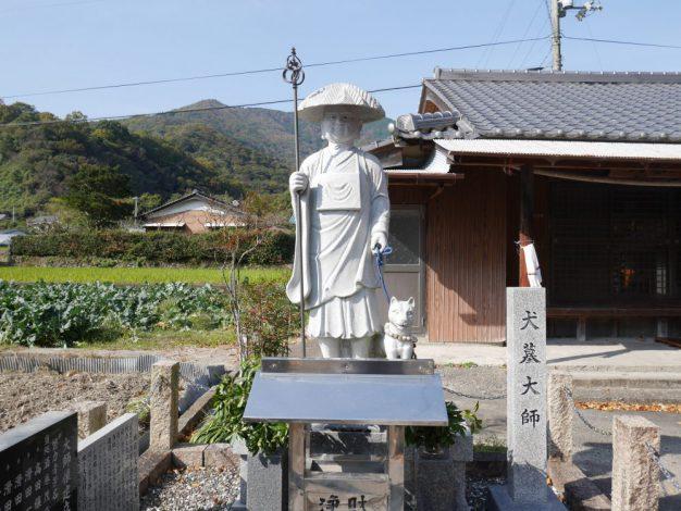2002年に作られた石像の写真